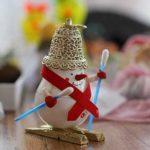 Снеговик из лампочки на лыжах