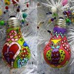 Разноцветные елочные игрушки из лампочек