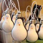 Пингвины из лампочек для елки